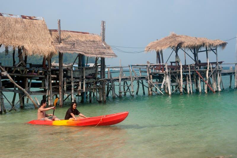 De toeristen paddelen kano in geluk royalty-vrije stock afbeeldingen