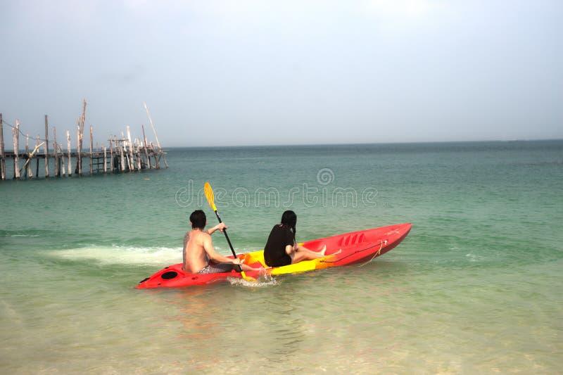 De toeristen paddelen kano in geluk stock fotografie