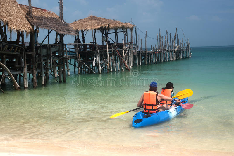 De toeristen paddelen kano in geluk stock afbeelding