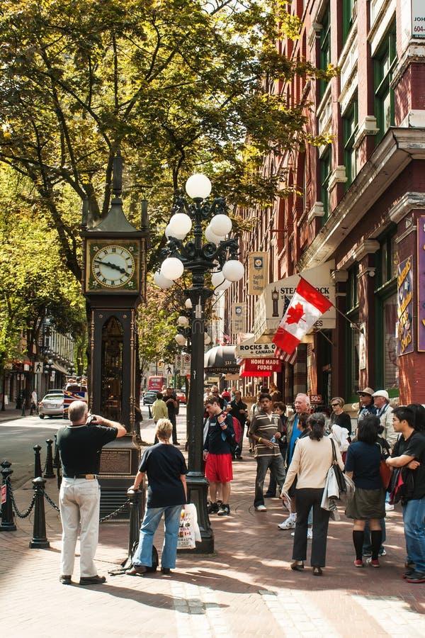De toeristen rond Stoom klokken in Gastown, Vancouver royalty-vrije stock foto