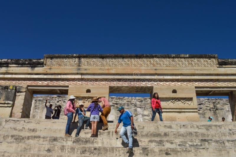 De toeristen stellen voor foto's voor de belangrijkste piramide bij t stock foto