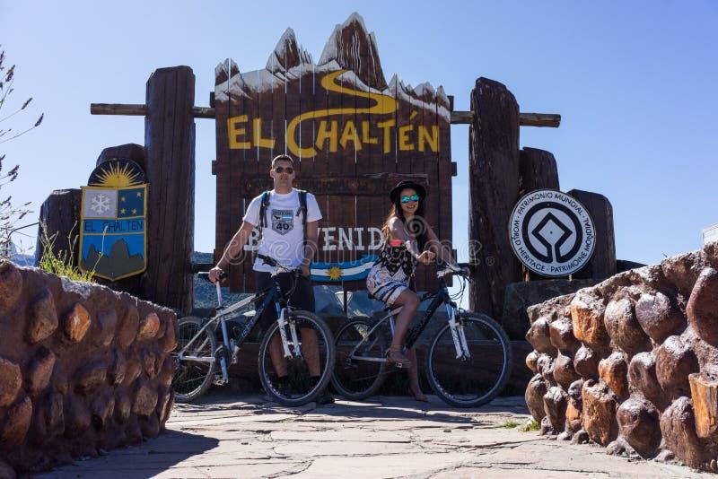 De toeristen stellen voor het teken van Gr Chalten Dichtbij MT Fitz Roy, Patagonië Argentinië royalty-vrije stock afbeeldingen