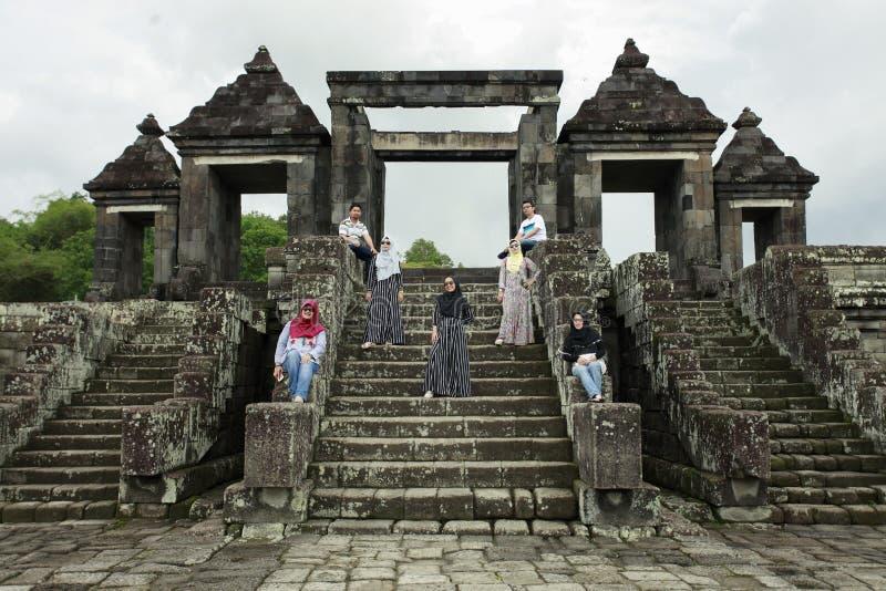 De toeristen stellen voor Paleispoort Ratu Boko royalty-vrije stock foto