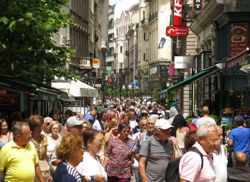 De toeristen van Boedapest Hongarije op de overvolle straat van Vaci Utca stock afbeelding