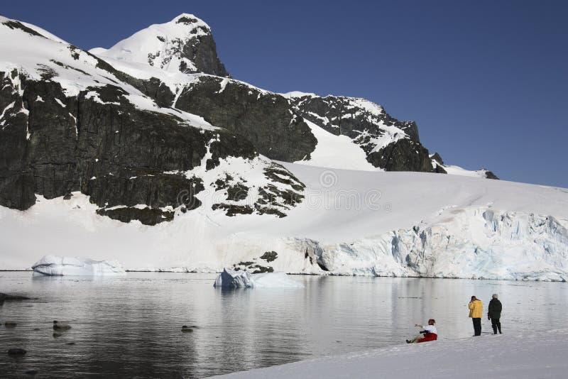 De toeristen van het avontuur in Antarctica stock fotografie