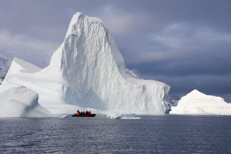 De toeristen van het avontuur - Scoresbysund - Groenland stock afbeeldingen