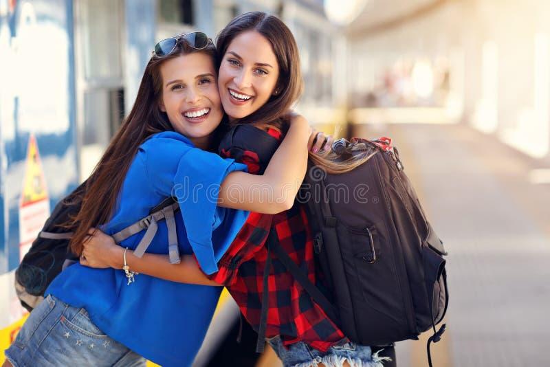 De toeristen van meisjesvrienden op spoorwegplatform royalty-vrije stock foto