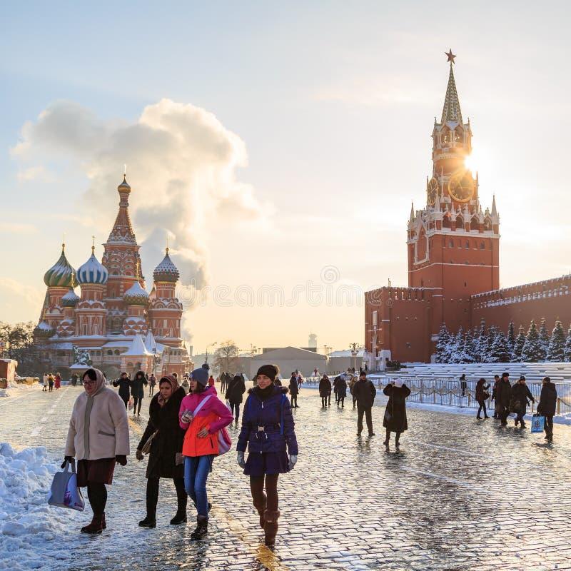 De toeristen van verschillende landen wandelen door Rode Vierkant en nemen foto's tegen de achtergrond van St Basilicum` s Kathed stock afbeeldingen