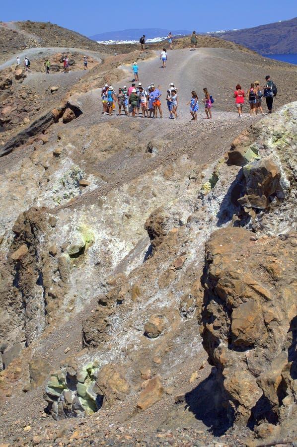 De toeristen verwonderen zich bij de actieve vulkaankrater royalty-vrije stock foto's