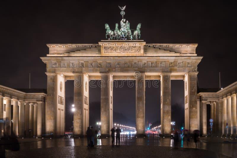 De toeristen verwonderen zich bij de Poort van Brandenburg bij nacht royalty-vrije stock fotografie