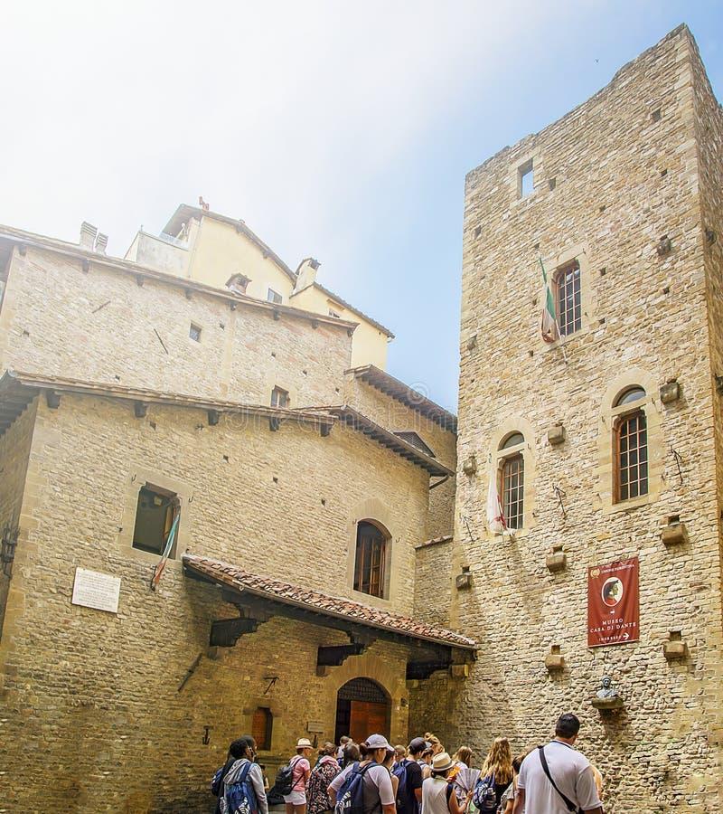 De toeristen vormden omhoog het wachten een rij om het museumhuis van Dante Alighieri in Florence in te gaan stock afbeeldingen
