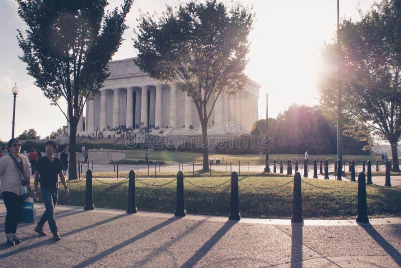 De toeristen wandelen de stegen van Nationale die Wandelgalerij met Lincoln Memorial op de achtergrond op de zonsondergang wordt  stock foto's