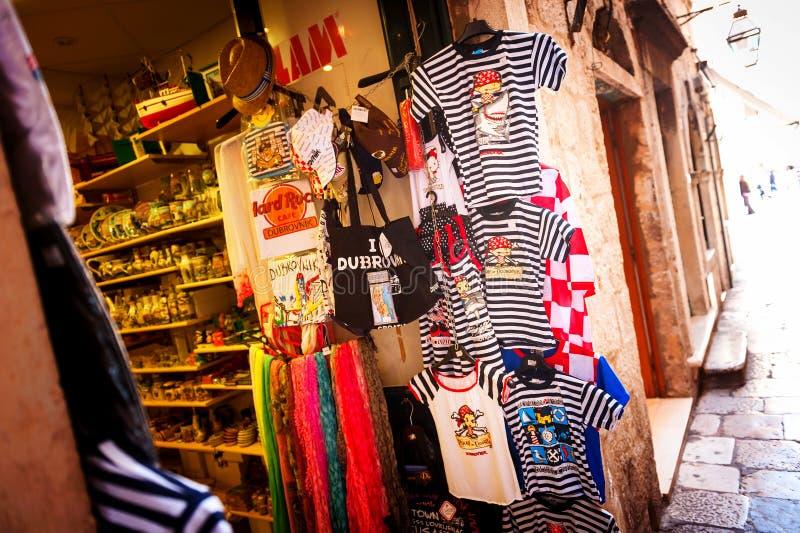 De toeristen worden aangeboden talrijke herinneringen in de oude stad van Dubrovnik stock fotografie
