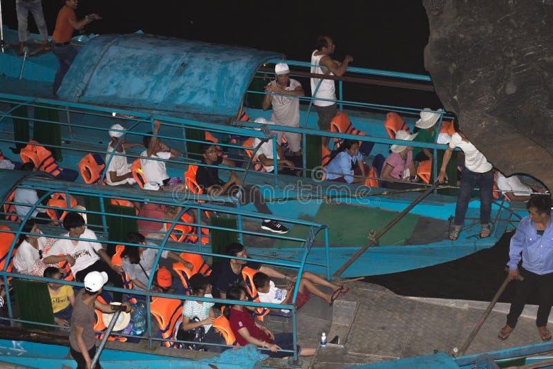 30 04 2018 de toeristen zitten in de boten in het Hol van Phonh Nha, de Klap Nationaal Park van Phong nha-KE, Vietnam stock foto