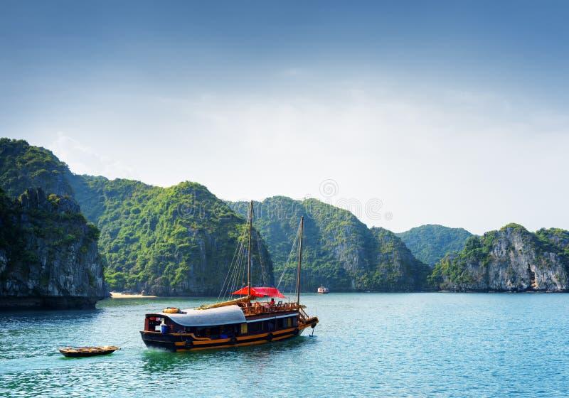 De toeristenboot in Ha snakt Baai Het Overzees Zuid- van China, Vietnam stock foto