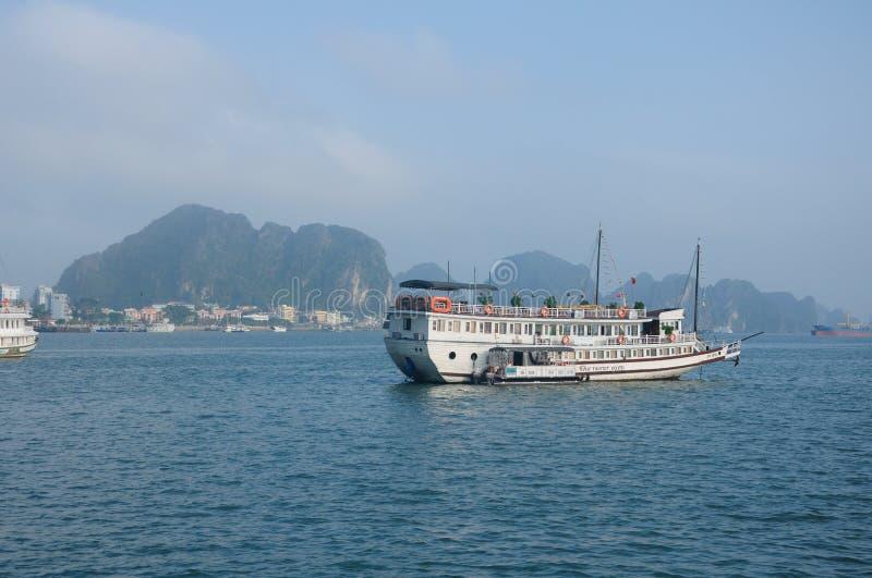 De toeristenboot op Ha snakt Baai Vietnam stock foto