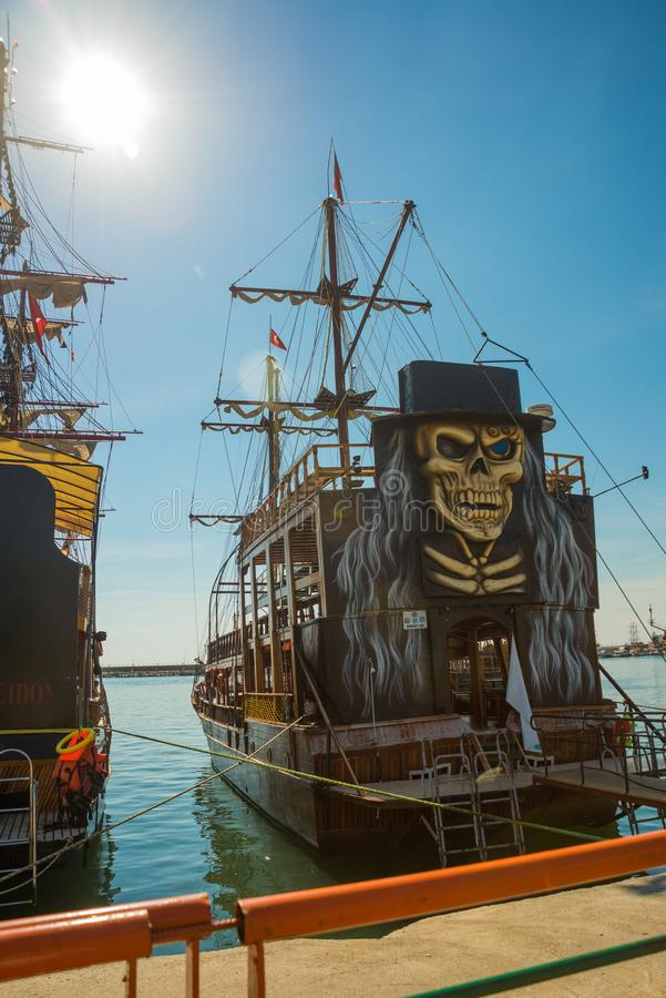 In de Toeristenhaven van Alanya, de piraatstijl van de excursieboot Alanya, Antalya-district, Turkije, Azië stock fotografie