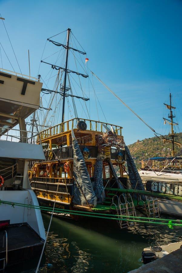 In de Toeristenhaven van Alanya, de piraatstijl van de excursieboot Alanya, Antalya-district, Turkije, Azië royalty-vrije stock fotografie