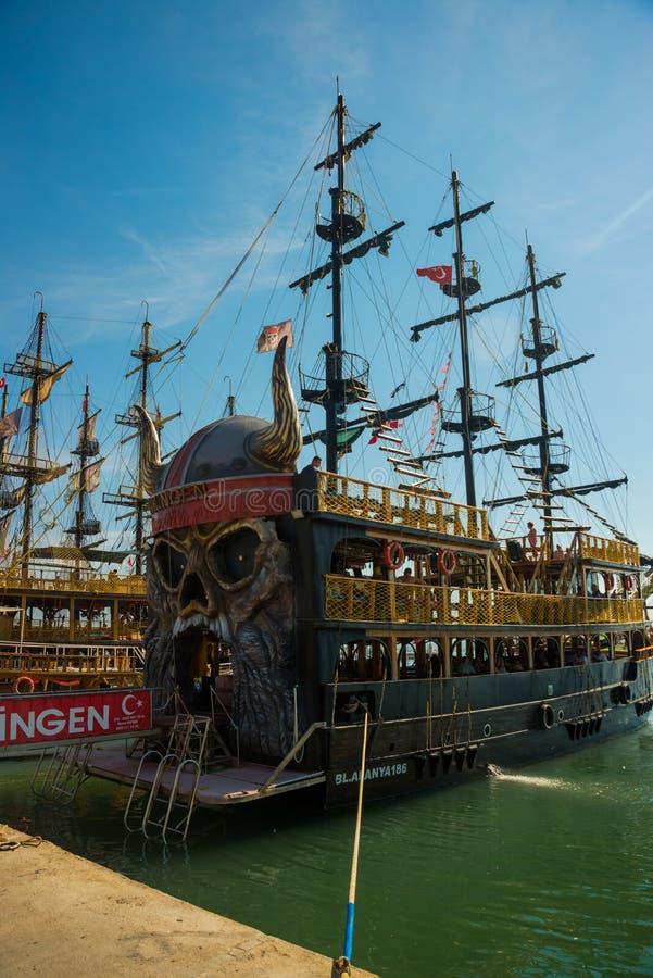 In de Toeristenhaven van Alanya, de piraatstijl van de excursieboot Alanya, Antalya-district, Turkije, Azië stock foto's