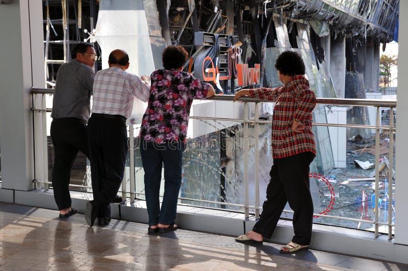 De toeschouwers bekijken het Brand Uitgehaalde Winkelcomplex van Bangkok stock foto