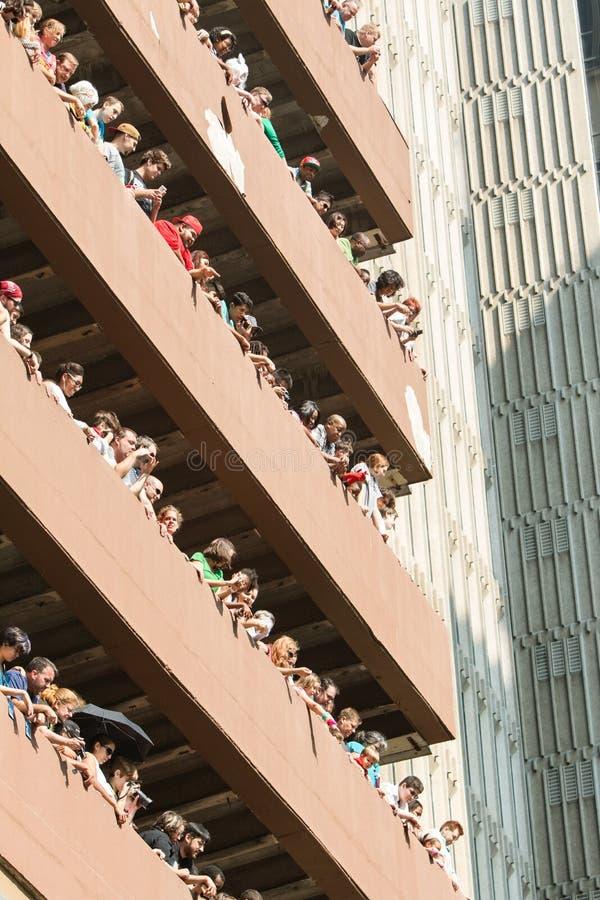 De toeschouwers letten Dragon Con Parade From High-op het Dek van het Stijgingsparkeren stock foto's