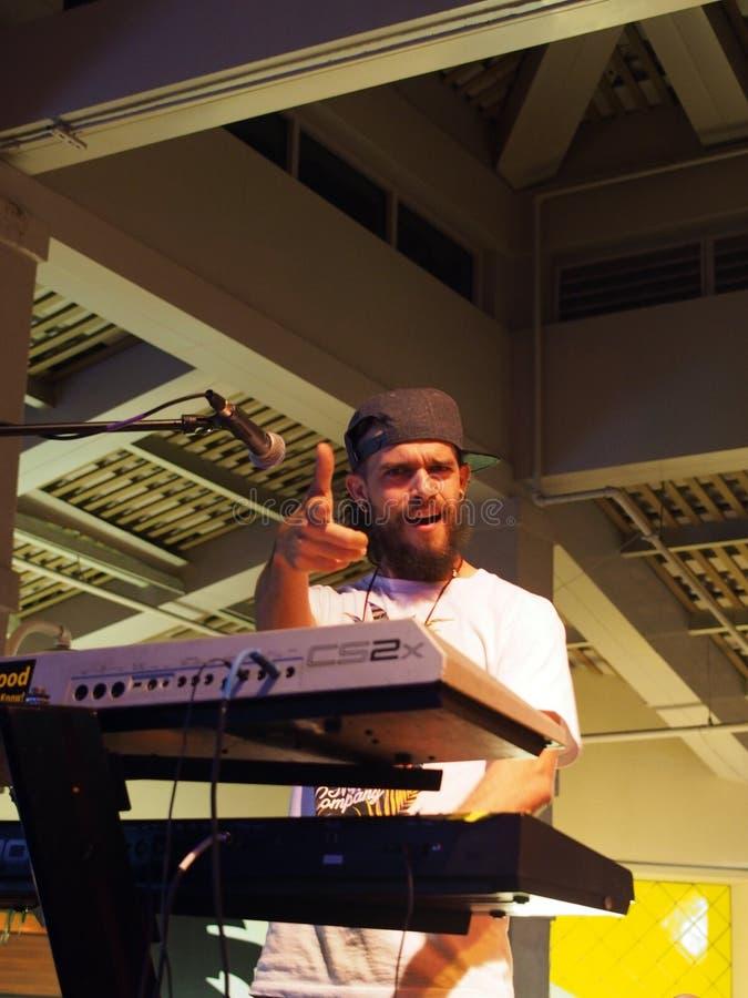 De toetsenbordspeler van Begeleidingsband richt op camera terwijl het spelen stock foto's