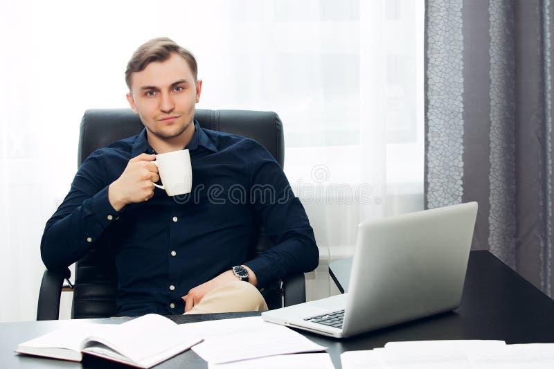 De toevallige geklede mens bij het bureau kijkt omhoog aan camera royalty-vrije stock foto's
