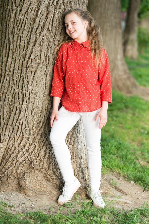 De toevallige stijl zal haar comfortabel en leuk de hele dag door houden Aanbiddelijk jong geitje gekleed voor een toevallige dag royalty-vrije stock afbeeldingen