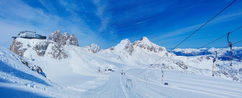 De toevlucht van de bergski in Oostenrijk stock afbeelding
