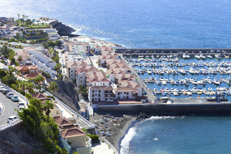 De toevlucht van de kustvakantie in Tenerife, Canarische Eilanden met jachthaven en strand royalty-vrije stock foto