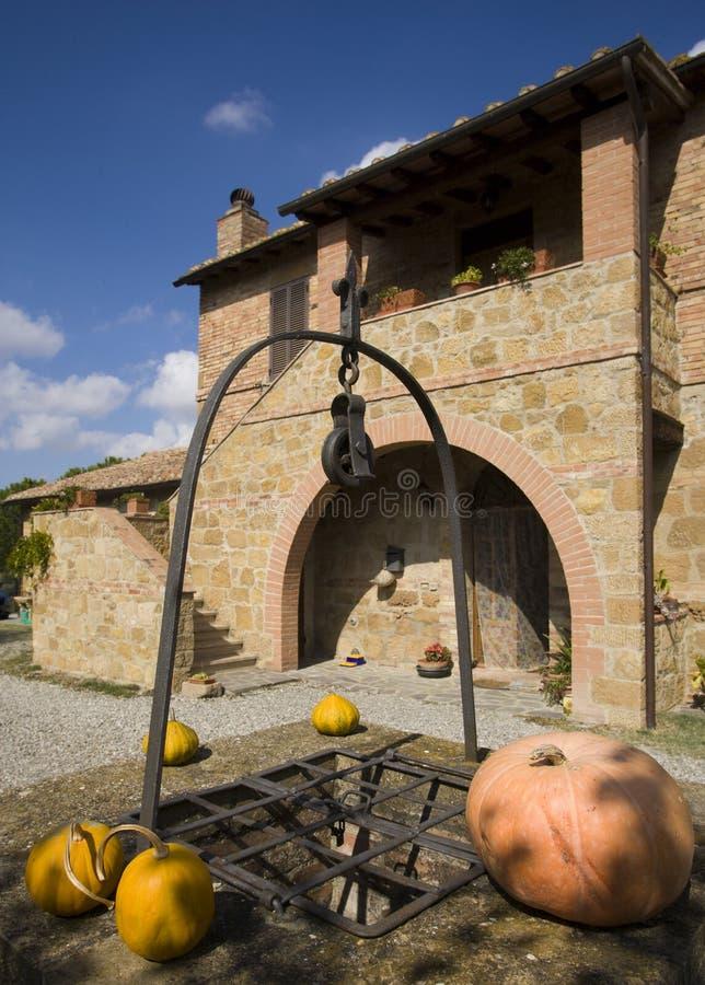 De toevlucht van de luxe op Toscaanse heuvels stock foto