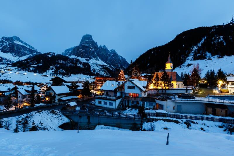 De Toevlucht van de ski van Corvara bij Nacht, Alta Badia stock fotografie