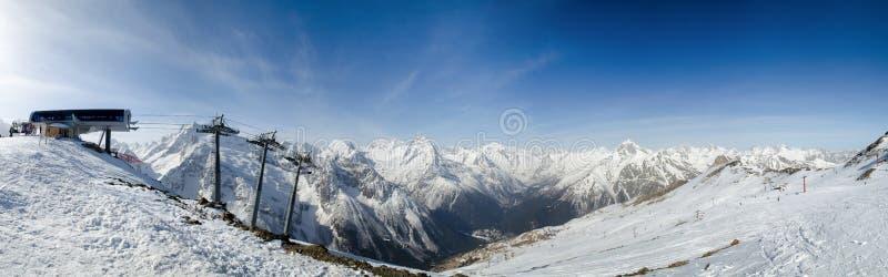 De toevlucht van de skiberg in de bergen van de Kaukasus, Dombai, Rusland stock foto's