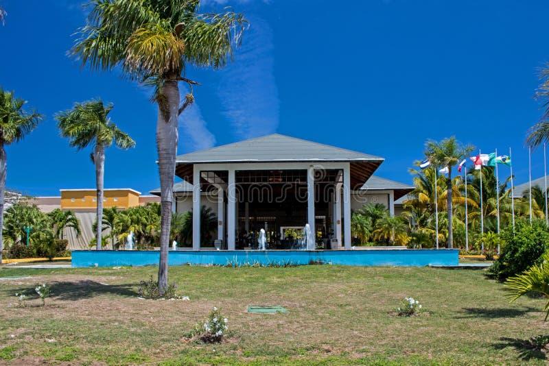 De Toevlucht van Front Of Main Building At Playa Paraiso in Cayo Coco, Cuba royalty-vrije stock afbeelding