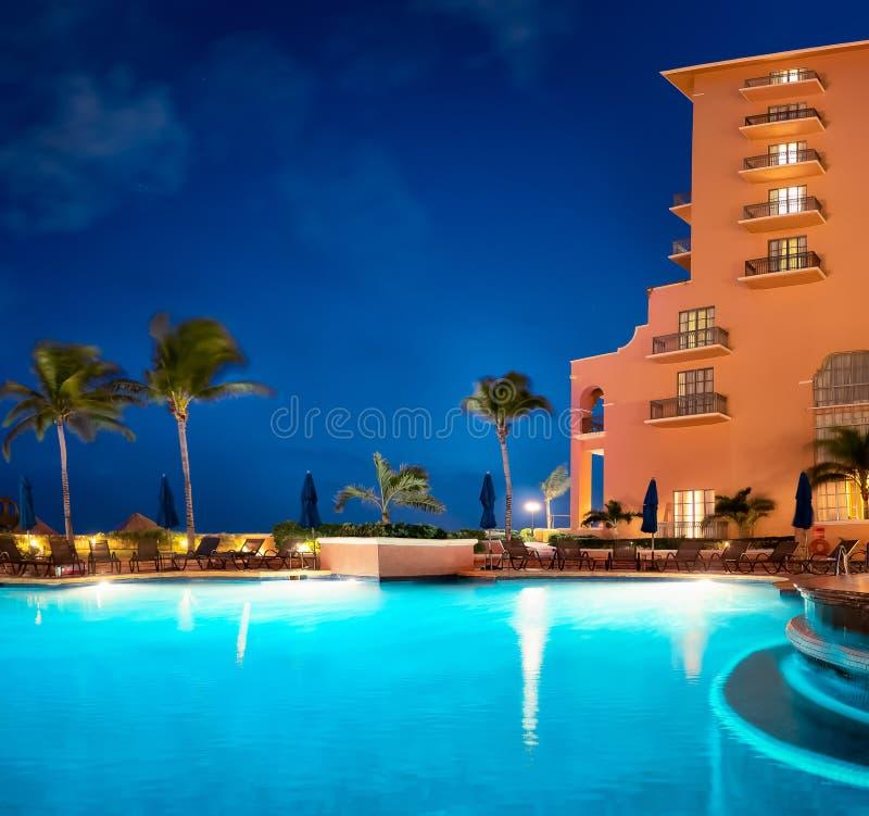 De toevlucht van het Cancunstrand met palmen royalty-vrije stock foto's