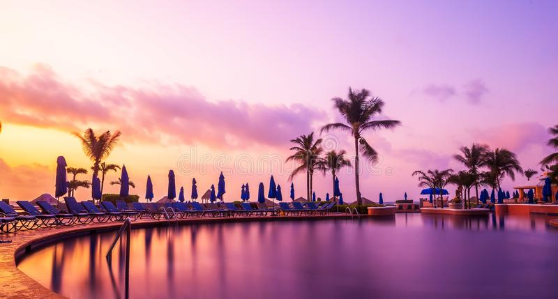 De toevlucht van het Cancunstrand met palmen stock afbeeldingen