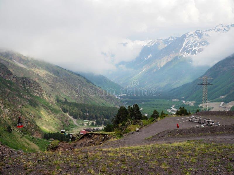 De toevlucht van de ski in de zomer de sneeuwkanonnen werken niet, en de kabelwagen heft toeristen tot de bovenkant van de bergen stock fotografie
