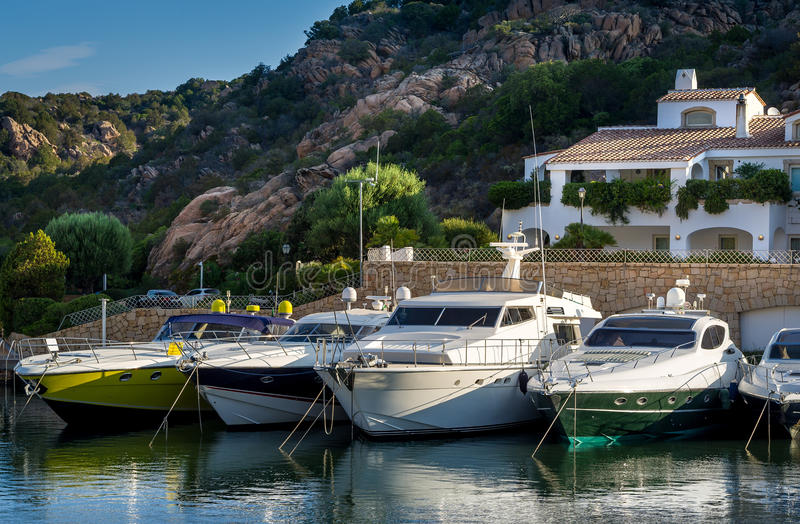 De toevluchtdorp van Poltuquatu en jachtjachthaven, Sardinige stock foto