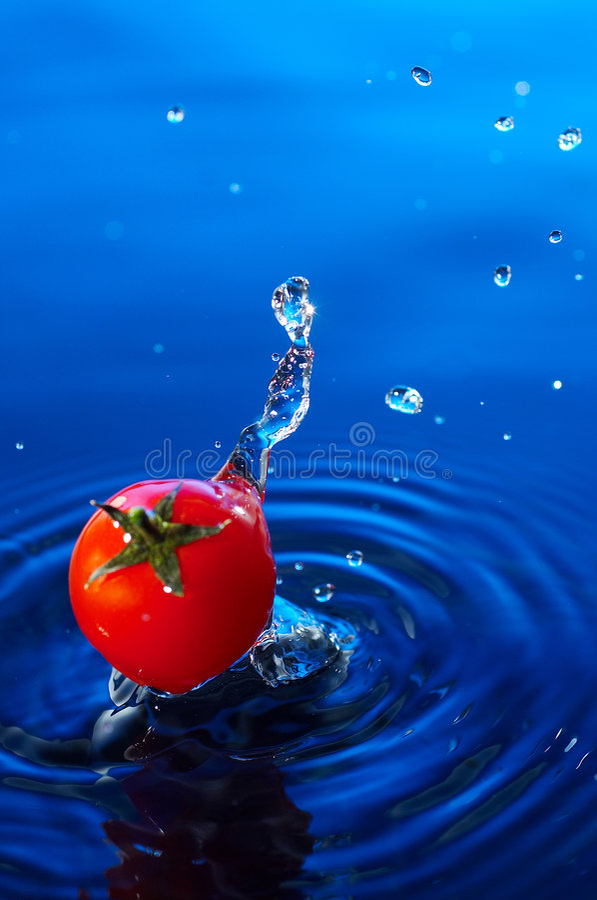 De tomaat van de kers in water2 royalty-vrije stock foto