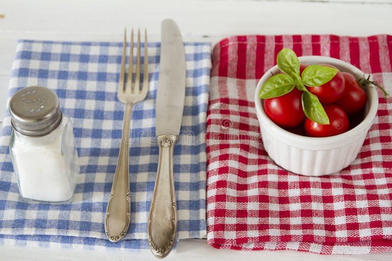 De tomaten van de wijnstok met basilicum royalty-vrije stock foto