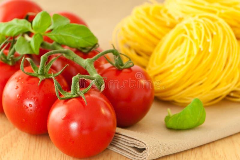De Tomaten van de wijnstok met Deegwaren stock afbeeldingen
