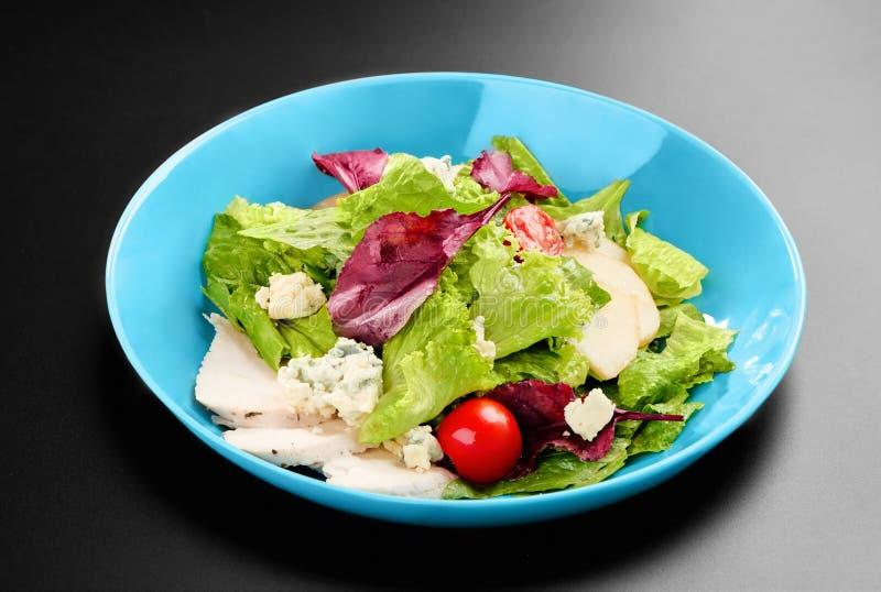 De tomaten van de saladekers verlaat greens het basilicumconcept van de kippenborst gezonde maaltijd zwart achtergrondmenurestaur royalty-vrije stock afbeelding