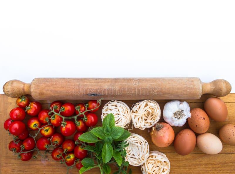 De tomaten verse kruiden van de achtergrondspaghetti Italiaanse macaroni met plaats om tekst te schrijven stock fotografie