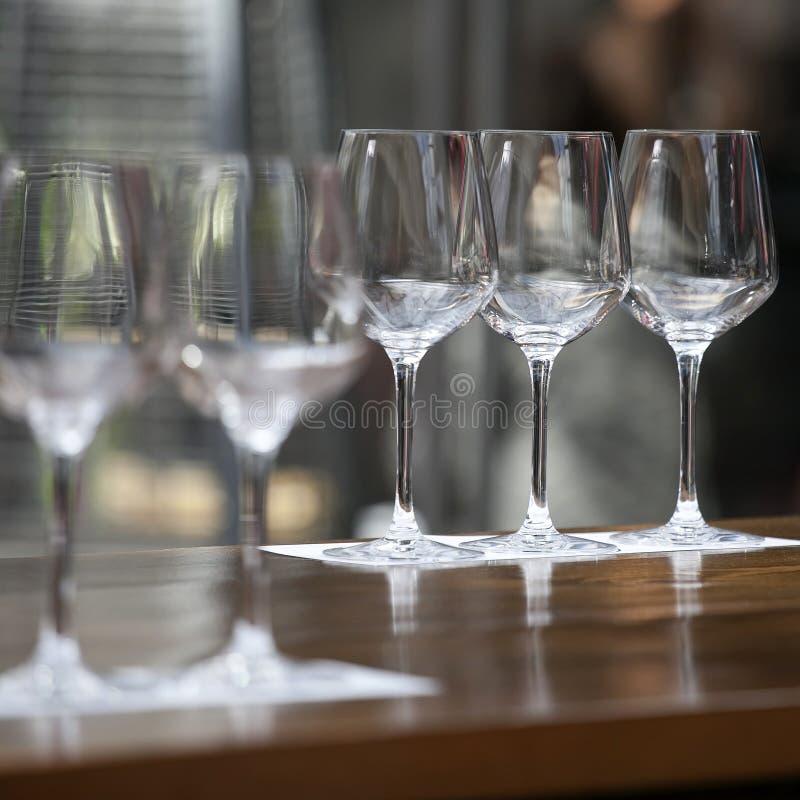 De tomma exponeringsglasen på tabellen för en bankett royaltyfri foto