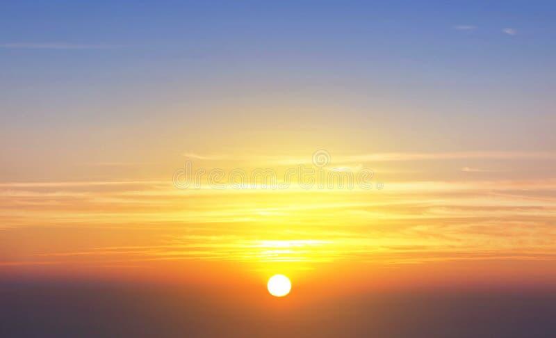 De toneel oranje achtergrond van de zonsonderganghemel stock afbeelding