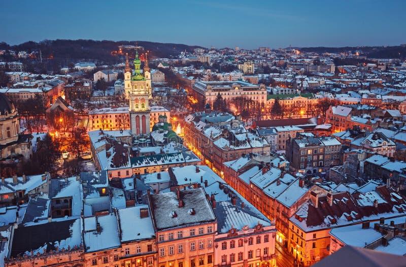 De toneel sneeuw luchtmening van de de winternacht van Oude Stadsarchitectu stock afbeelding