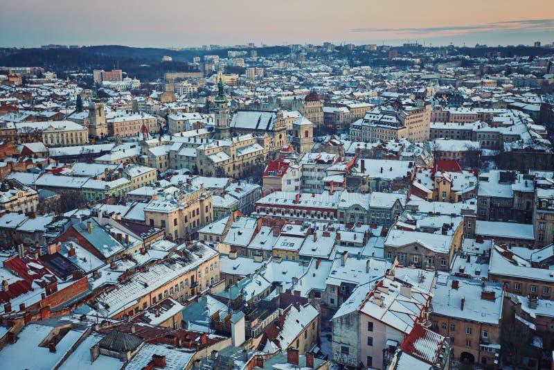 De toneel sneeuw luchtmening van de de winternacht van Oude Stadsarchitectu royalty-vrije stock fotografie