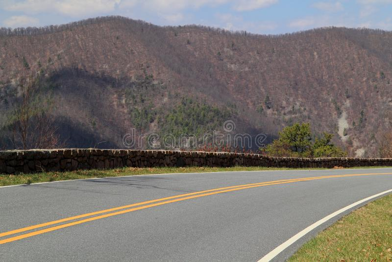 De toneelhorizonaandrijving maakt zijn manier door de Appalachian Bergen stock afbeelding