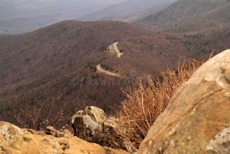 De toneelhorizonaandrijving maakt zijn manier door de Appalachian Bergen stock foto