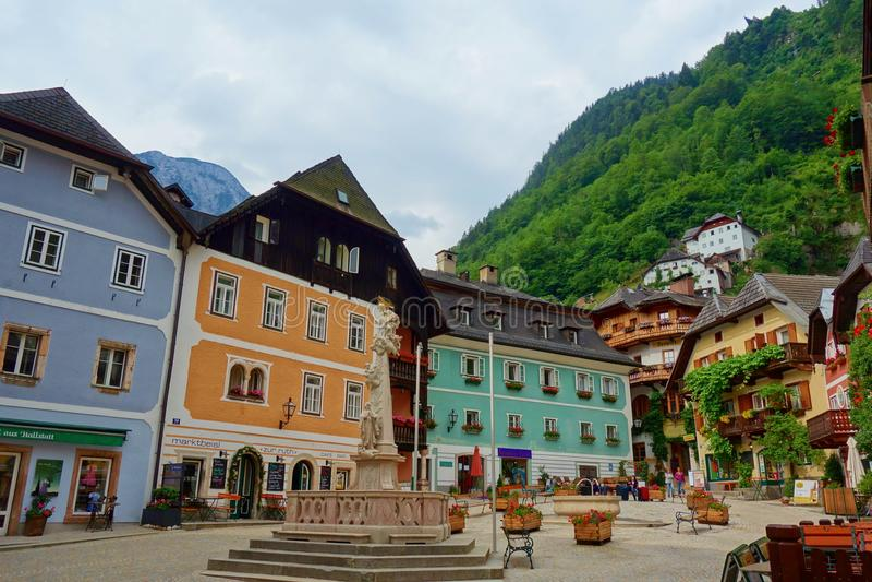 De toneelmening van de beeldprentbriefkaar van beroemd Hallstatt-bergdorp in de Oostenrijkse Alpen bij mooi licht in de zomer, Sa stock afbeeldingen